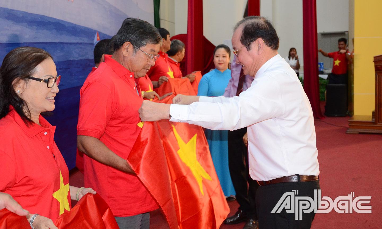 Trao cờ Tổ quốc cho các ngư dân Tiền Giang.