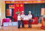 Officers and soldiers in Truong Sa Dong Island receive Tet gifts