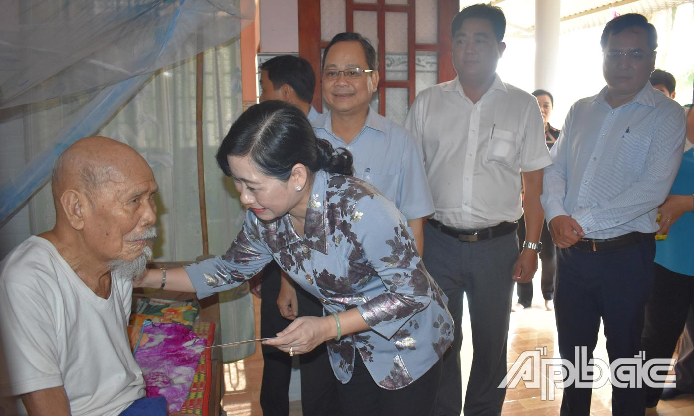 Comrade Chau Thi My Phuong presented Tet gifts in Binh Ninh commune