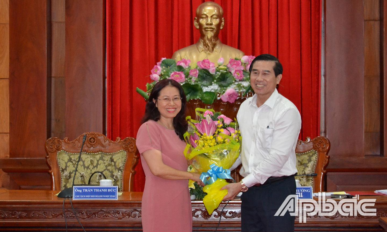 Đại diện HHDN tỉnh tặng hoa cho lãnh đạo tỉnh.
