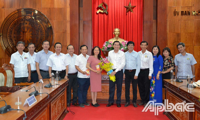 Lãnh đạo tỉnh và Ban Chấp hành HHDN tỉnh chụp ảnh lưu niệm.