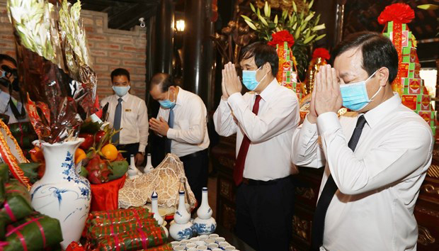 Officials of Phu Tho province pay tribute to Lac Long Quan at his temple on Sim Mountain on March 29 (Photo: VNA)