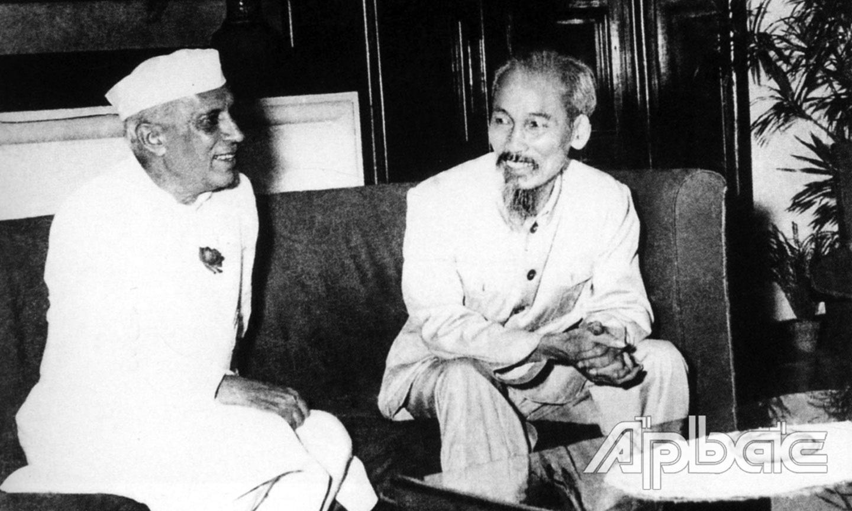 Chủ tịch Hồ Chí Minh tiếp chuyện với Thủ tướng Ấn Độ Nêru,  vị nguyên thủ nước ngoài đầu tiên đến Việt Nam  sau Cách mạng Tháng 8 năm 1945.