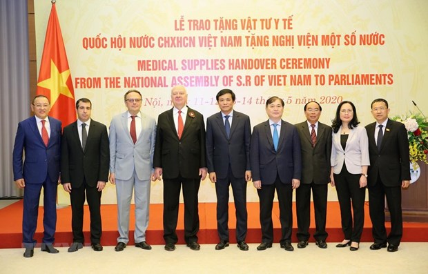 Vietnamese NA presents medical supplies to foreign parliaments