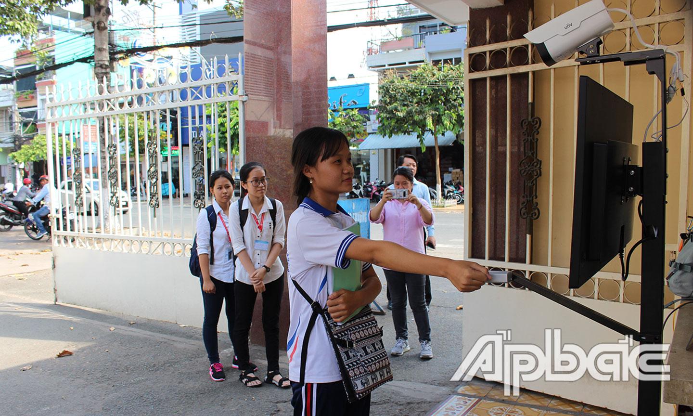 Sinh viên đo thân nhiệt ngay tại cổng ra vào.