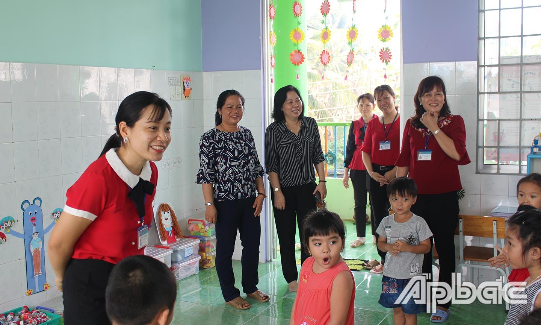 Đoàn của Sở GD-ĐT kiểm tra tình hình học sinh mầm non đi học trở lại tại Trường Mầm non Kim Đồng (TP. Mỹ  Tho).