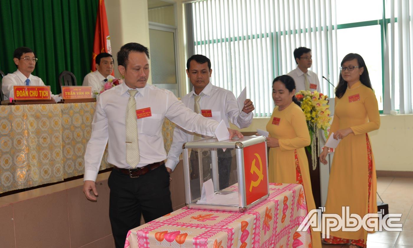 Đại biểu tiến hành bầu cừ tại đại hội.