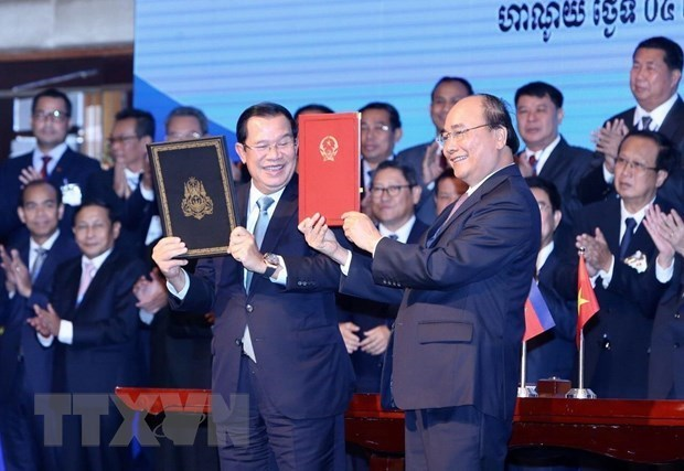 Prime Minister Nguyen Xuan Phuc (R) and his Cambodian counterpart Hun Sen signed the supplementary treaty to the 1985 Treaty on the Delimitation of National Boundaries and the 2005 Supplementary Treaty in October 2019 (Source: VNA)