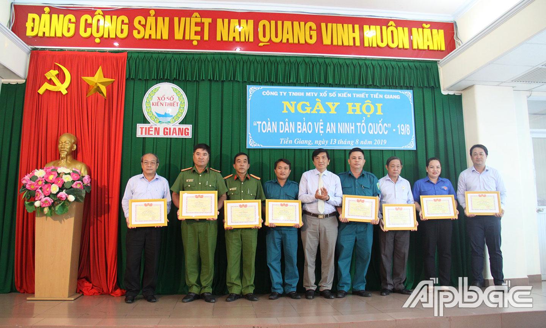 Khen thưởng các tập thể của Công ty TNHH MTV Xổ số kiến thiết Tiền Giang có thành tích tốt trong thực hiện Phong trào.