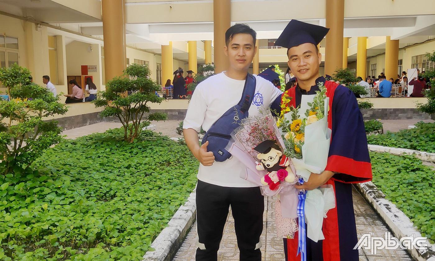 Minh Thông vui mừng cùng bạn bè trong lễ tốt nghiệp.