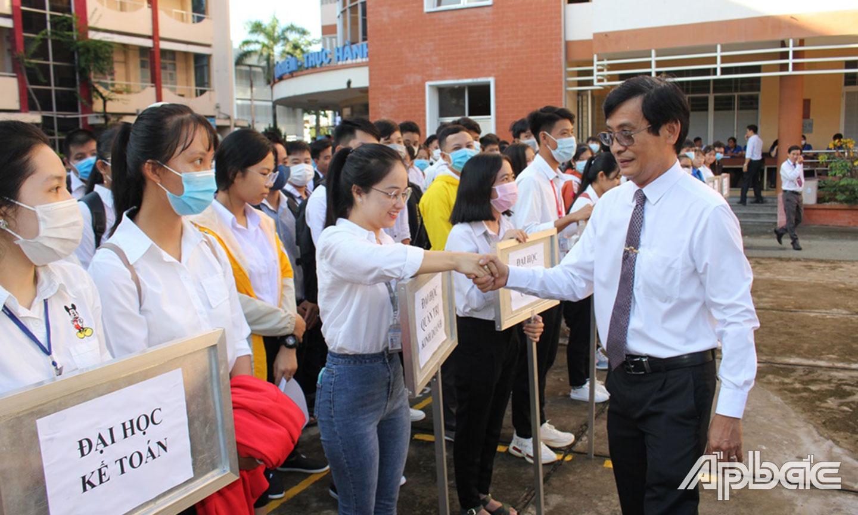 Phó Giáo sư - Tiến sĩ Võ Ngọc Hà, Hiệu trưởng Trường Đại học Tiền Giang bắt tay, chào đón tân sinh viên năm học 2020 - 2021 của trường.