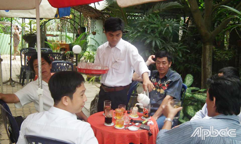 Phục vụ quán cà phê được đa phần sinh viên lựa chọn làm thêm dịp tết.