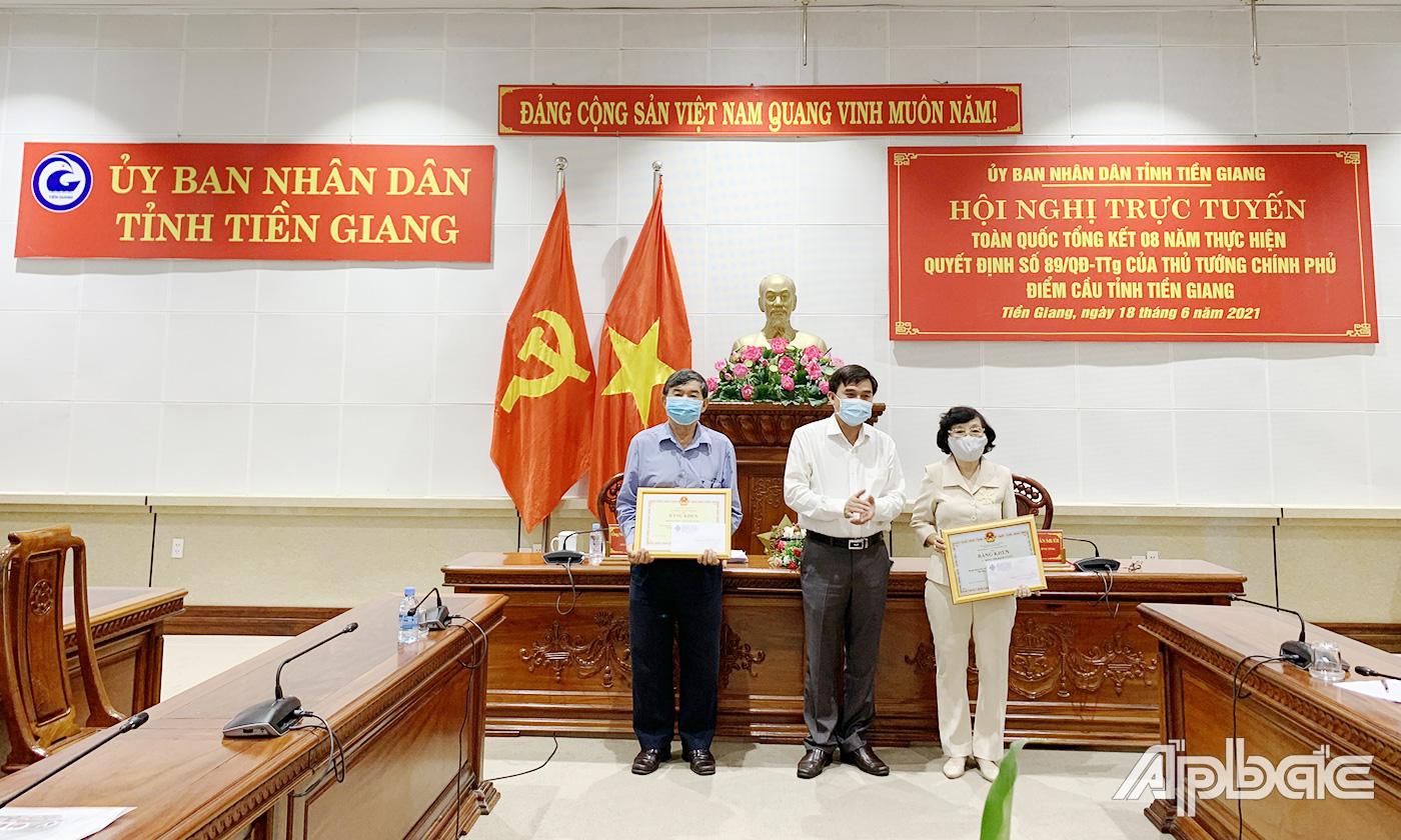 Đồng chí Nguyễn Văn Mười trao tặng Bằng khen Bộ GD&ĐT cho 2 tập thể có thành tích xuất sắc trong thực hiện Đề án