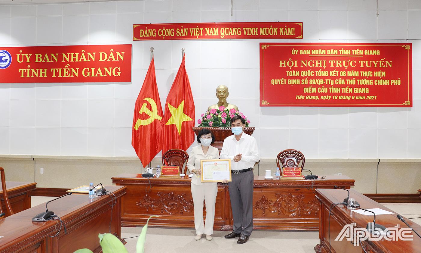 Đồng chí Nguyễn Văn Mười trao tặng Bằng khen Bộ GD&ĐT cho cá nhân có thành tích xuất sắc trong thực hiện Đề án