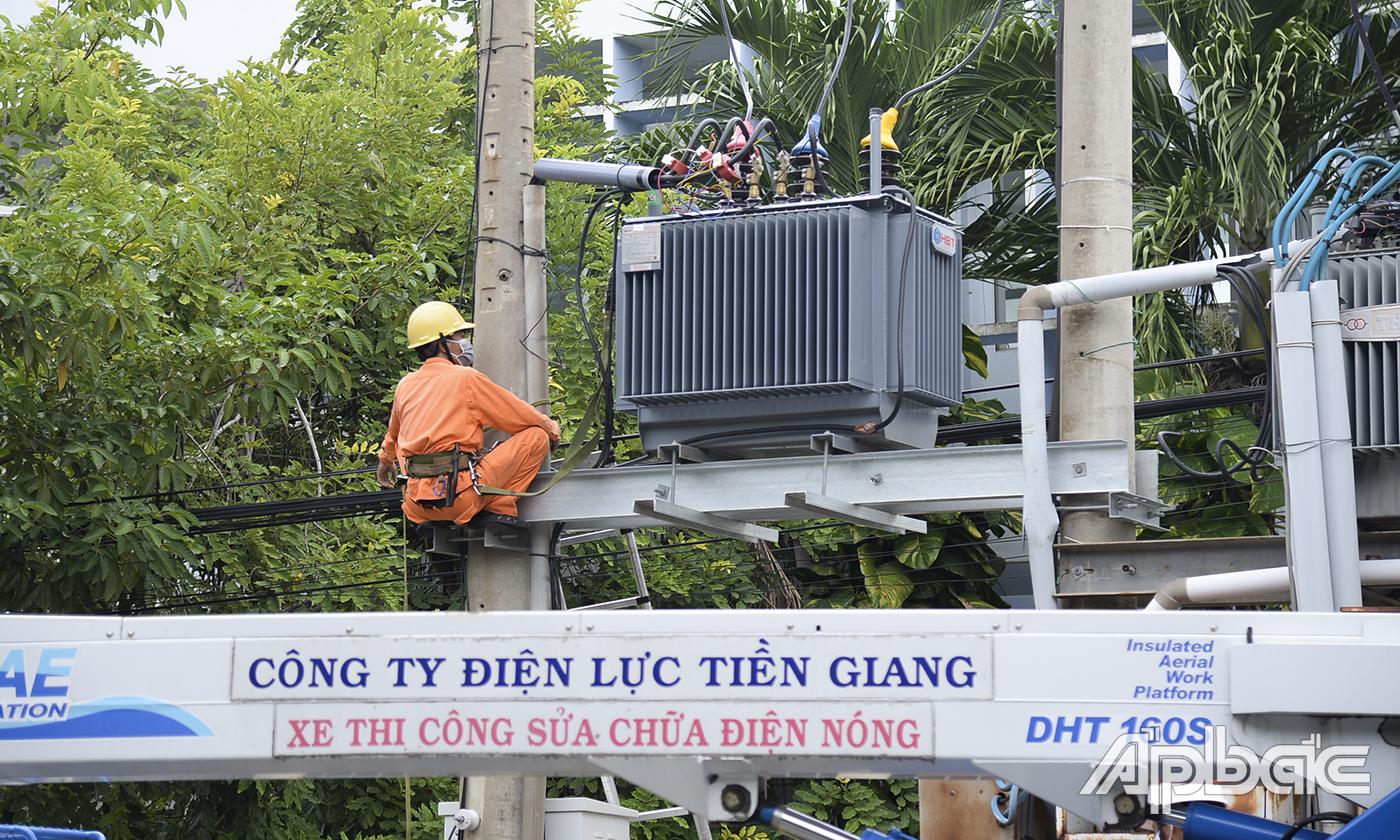 Đội Hotline Công ty Điện lực Tiền Giang lắp đặt trạm biến áp 400 kVA.